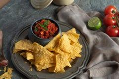 Nachos avec le Salsa épicé d'un rouge ardent photos stock