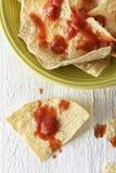 Nachos com microplaquetas e salsa de tortilha Fotografia de Stock