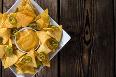 Nachos com molho de queijo Fotografia de Stock Royalty Free