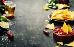 Nachos com vegetais e mergulho fotografia de stock royalty free