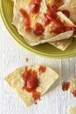 Nachos con los microprocesadores y la salsa de tortilla Fotografía de archivo