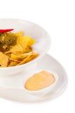 Nachos con los salchichones de la salsa y de los chiles de queso Fotos de archivo libres de regalías