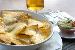 Nachos con queso derretido Imagen de archivo libre de regalías