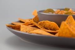 Nachos d'un plat avec de la sauce chaude Apéritif mexicain photo libre de droits