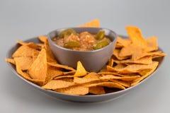 Nachos d'un plat avec de la sauce chaude Apéritif mexicain photo stock