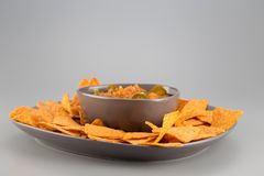 Nachos d'un plat avec de la sauce chaude Apéritif mexicain images libres de droits