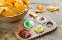 Nachos del queso con diversos tipos de salsa Fotos de archivo libres de regalías