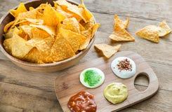 Nachos do queijo com tipos diferentes de molho Imagem de Stock