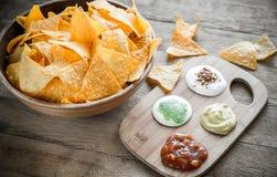 Nachos do queijo com tipos diferentes de molho Foto de Stock