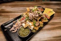 Nachos in een Mexicaans restaurant in Rovaniemi, Finland wordt gediend dat stock afbeeldingen