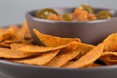 Nachos en gros plan d'un plat avec de la sauce chaude Apéritif mexicain photo stock