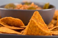 Nachos en gros plan d'un plat avec de la sauce chaude Apéritif mexicain image stock