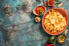 Nachos en placa con guacamole Imagen de archivo