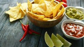 Nachos et sauces délicieux sur la table image libre de droits