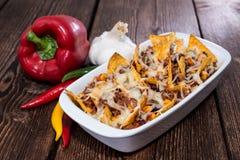 Nachos gratinated с сыром стоковое изображение