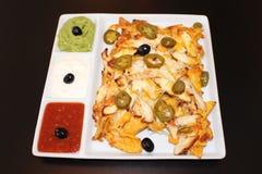 Nachos karmowi na czarnym tle Meksykańscy nachos z kurczakiem Zdjęcie Stock
