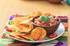 Nachos med hemlagad varm salsa Arkivbild