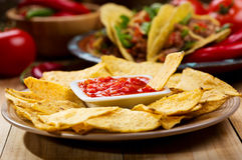 Nachos med salsa arkivbild