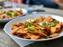 Nachos met avocado en kaas Stock Afbeeldingen