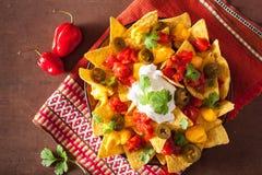 Nachos met salsa, kaas en jalapeno wordt geladen die royalty-vrije stock fotografie