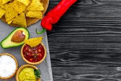 Nachos mexicains populaires de casse-croûte Tortilla de nacho de Tiangle près de sause de Salsa et de guacamole, poivre de piment images stock