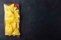 Nachos mexicains traditionnels de frites de maïs de nourriture sur le fond noir images stock