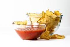 Nachos mexicanos con salsa caliente Foto de archivo