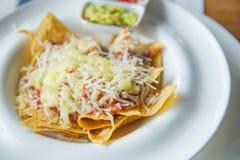 Nachos mexicanos do alimento com molho e queijo imagens de stock