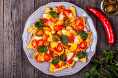 Nachos mit geschmolzener Käsesoße, Jalapeno, Huhn und Gemüse Lizenzfreies Stockbild