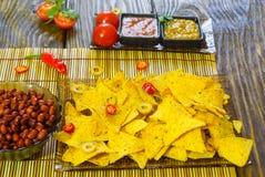Nachos mit Tortilla-Chip-Tomatensalsa, -bohne und -senf auf rustikalem hölzernem Hintergrund Ein strukturierter Hintergrund Kopie Stockbilder