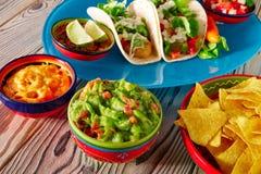 Nachos och chili för guacamole för mat för fisktaco mexikanska Royaltyfri Bild