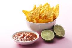 Nachos, Salsa und Kalk stockfoto