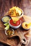 Nachos Tortilla układów scalonych i jalapeños Chili pieprze ch lub meksykanin Obrazy Stock