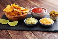 Nachos Tortilla układów scalonych i jalapeÃ'os Chili pieprze ch lub meksykanin Zdjęcia Stock