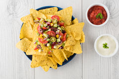 Nachos vegetarianos con las inmersiones de la salsa y de la crema agria Fotografía de archivo
