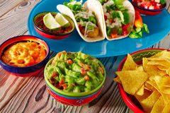 Nachos y chile mexicanos del guacamole de la comida de los tacos de pescados Imagen de archivo libre de regalías