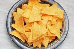 Nachosspaanders in Plaat Grey Table Achtergrond Hoogste mening Gezonde voedselsnack royalty-vrije stock afbeeldingen