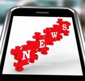 Nachrichten auf Smartphone, das on-line-Journalismus zeigt Lizenzfreie Stockfotos