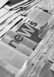 Nachrichten auf Zeitung lizenzfreies stockbild
