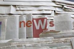 Nachrichten auf Zeitungshintergrund Stockbilder