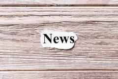 Nachrichten des Wortes auf Papier Konzept Wörter von Nachrichten auf einem hölzernen Hintergrund Lizenzfreie Stockfotos