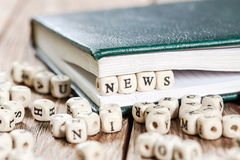 Nachrichten fassen geschrieben auf einen Holzklotz ab Lizenzfreie Stockbilder