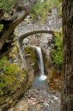 Nachrichten-Name: Steinbrücke mit Wasserfall Lizenzfreies Stockfoto