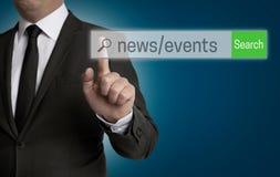 Nachrichten-und Ereignis-Internet-Browser wird vom Geschäftsmann bearbeitet Lizenzfreie Stockbilder