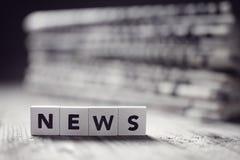 Nachrichten und Zeitungsschlagzeilen lizenzfreie stockfotografie