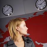 Nachrichtenfernsehreporter, der zu der Zeit schaut Lizenzfreies Stockbild