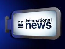 Nachrichtenkonzept: Internationale Nachrichten und Ankermann auf Anschlagtafelhintergrund lizenzfreie stockfotos