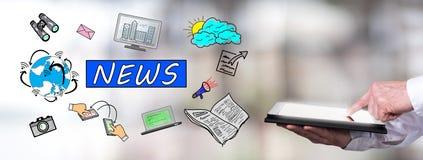 Nachrichtenkonzept mit dem Mann, der eine Tablette verwendet Lizenzfreie Stockfotos