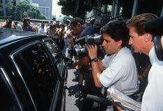 Nachrichtenmedien nähern sich schwarzer Limousine, Versuch O.J.-Simpson Stockbild