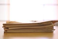 Nachrichtenpapiere auf einem Schreibtisch Lizenzfreies Stockbild